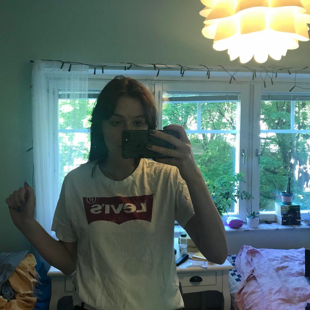 Jättefin och oanvänd tröja från Levi's, det klassiska trycket men med lite fade! . Skjortor.