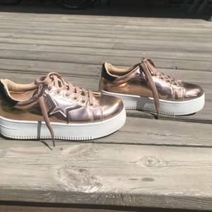 Säljer dessa ascoola skor som har en platå. De är i fint skick då jag tyvärr inte hann använda de så många gånger innan jag växte ur de. Jag fraktar (köparen står för frakt) men kan även mötas upp i Sthlm. Priset kan diskuteras.
