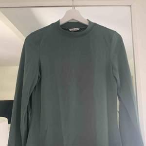 Jättefin grön långärmad tröja med hög hals från Monki i storlek S. Aldrig använd och väldigt fint skick förutom lite små fläckar av nagellim💓. Köparen står för frakt!😌