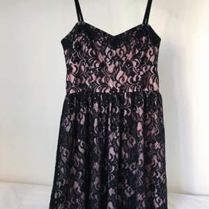En ljuvlig spetsklänning i nyskick från Gina tricot. Har endast använts en gång då den tyvärr inte är min storlek egentligen. Går ned till knäna och har justerbara axelband. En riktig pärla! 💖