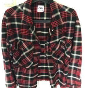 Den är lite tunnare än vanliga jackor så går säkert att använda som skjorta