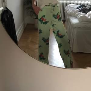 """Gröna byxor i """"pyjamas"""" stil från Mango. Jättesköna till sommaren."""
