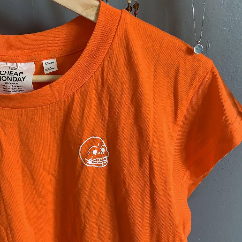 Orange tunn cheap monday T-shirt, färgen är som på 2a och 3e bilden 🦀 🦎1 plagg 30kr🦎2 plagg 50kr🦎3 plagg 70kr🦎4 plagg 95kr🦎5 plagg 120kr🦎. T-shirts.