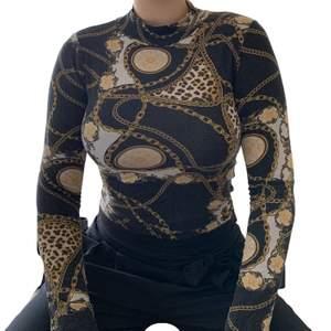 En mönstrad turtleneck från ginatricot. Väldigt tunn och bekväm att ha på sig. Passar storlek S-M! En snabb affär uppskattas 💜