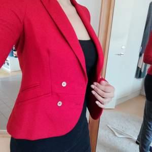 Röd blazer/kavaj från Zara Trf. Storleken är M men känns som S. Fina guldknappar fram och på ärmslut.