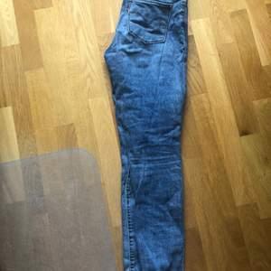 Levis jeans, modell 721. Sparsamt använda, kanske 3-5 ggr. Kan mötas upp i Sollentuna! Nypris 999 kr