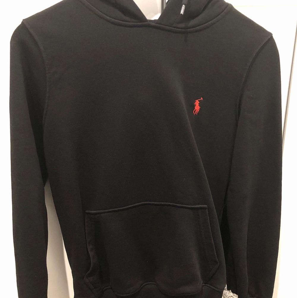 Helt ny Polo hoodie med luva och märket med röd färg. Tvätta de 1 gång. Pris kan diskuteras . Huvtröjor & Träningströjor.