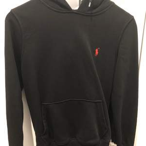 Helt ny Polo hoodie med luva och märket med röd färg. Tvätta de 1 gång. Pris kan diskuteras