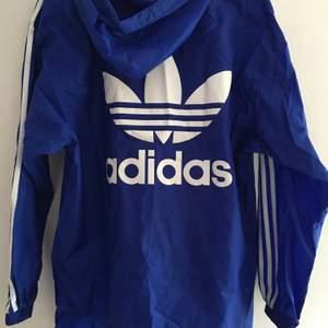 En blå regn tröja från Adidas Original, den är använd bara två gånger eftersom den passar inte mig. Den passar perfekt för en Adidas/Nike byxor. Det går att sänka priset vid alvarigt köp, kunden står för leverans, gratis frak om man köper två prudikter.