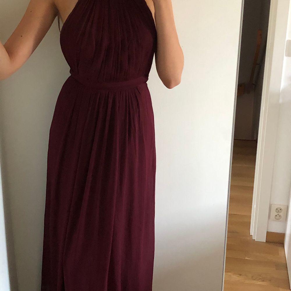 Superfin klänning från Nelly, storlek 34 (passar 36). Använd en gång, frakt ingår ej i priset och köparen står för frakt!😊. Klänningar.