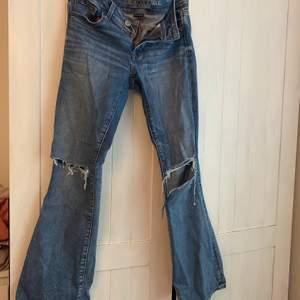 American eagle blåa bootcut/flare jeans med hål, har klippt till lite i det vänstra hålet själv så det är lite större än det på högerben. Strl 4 skulle säga att det motsvarar en s/36/38