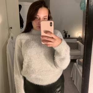 Mysig grå stickad tröja från H&M. Endast använd en gång. Köparen står för frakt men kan även mötas i Malmö!