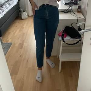 Jättesnygga mom jeans. Älskar dom, sitter otroligt bra men passar tyvärr inte på mig längre. Bud från 150kr