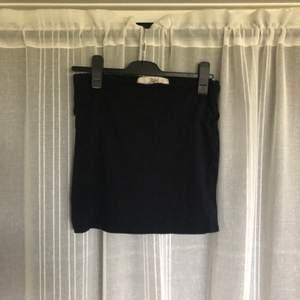Svart kort kjol. Skönt bomullsmaterial. Köparen står för frakt.