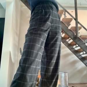 Svarta vida byxor med blå/vita rutor från H&M. Både långa i benen för mig som är 173 och väldigt högmidjade vilket är superskönt! Kan mötas upp i Malmö annars står köparen för frakten🥰