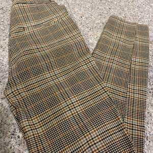 Ett bar skit snygga rutiga byxor från monki som är i storlek 34. Använd fåtal gånger. Köparen står för frakt