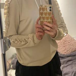 Säljer denna supersnygga hoodien från Object som jag köpt i danmark. Den är otrolig unik och bekväm på! Tänker att budet börjar på 100kr, sedan står köparen för frakten:)