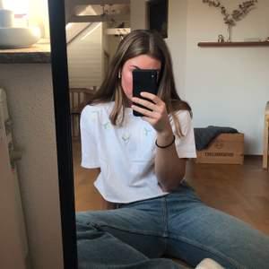 Oversize tshirt med broderade blommor😇