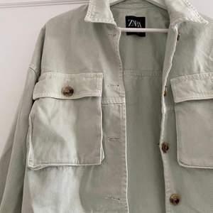 Hej säljer denna superfina jacka från Zara, den är i storlek 34 och säljer för får ingen användning av den längre. Den är i fint skick och inga fläckar eller andra defekter finns 😊