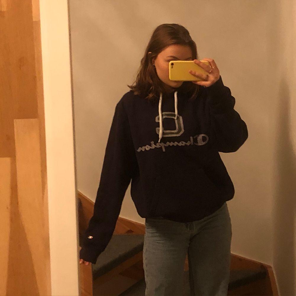 Super skön hoodie från champion. Den är mörkblå med grönt och vit tryck. Nästan aldrig andvänd. (Frakt tillkommer) 💙. Huvtröjor & Träningströjor.