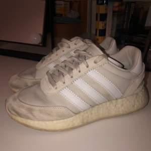 Säljer ett par adidas skor i storlek 39 som är lite smutsiga men som säkert går att få bort med något medel.