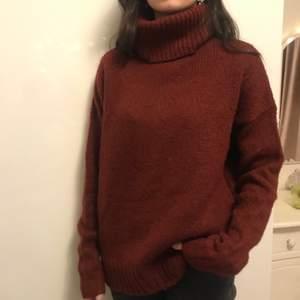 Stickad tröja i storlek S. Aldrig använt. Skriv om du är intresserad eller har någon fråga💕