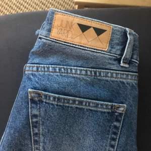 Jeans köpta från Junkyard. I jättebra skick. Jättefina och sköna jeans. Bra passform nertill. Köparen står för frakt.
