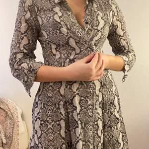 Köpt från Zara, kan användas som klänning och blazer.