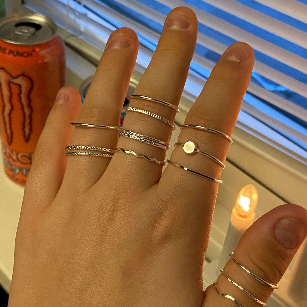 14 st silver färgade ringar som inte används🤍 köpte dessa ett tag sen då jag tänkte att jag skulle använda dem men blev tyvärr inte så! Så säljer dem här istället då jag vet att många tycker om dessa ringar🤍 4st för 30kr +frakt eller alla för 110kr . Accessoarer.