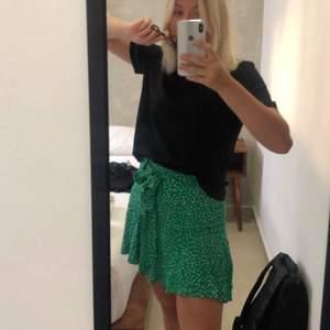"""SÄNKT PRIS!!!! Måste tyvärr sälja min favorit kjol pga den blivit för liten. Kjolen är i mycket gott skick då den är sparsamt använd. Storlek XS-S skulle jag säga. Kjolen har """"shorts"""" som inte syns vilket gör att den är väldigt bekväm att ha på sig!"""