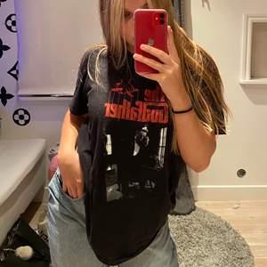 Riktigt snygg t-shirt som får för lite uppmärksamhet, så snygg och älskar den men om någon är intresserad kan ni lägga ett bud🖤köparen står för frakt✨