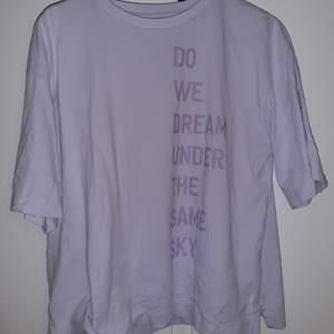 ASS snygg lila tröja från uniqlo i strl M och är så snygg att använda som oversized😍😍 kan mötas i sthlm❤