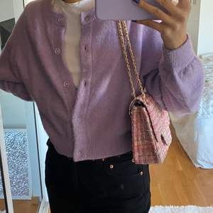 Jättefin rosa väska med justrerbara band. Aldrig använd så den är som ny. Buda i kommentarerna, betalning sker via Swish