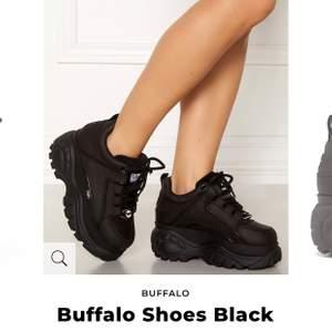 ❗️SÖKER❗️ dessa buffalos i storlek 35 möjligtvis 36! skriv till mig om ni har ett par ni skulle vilja sälja 🥰