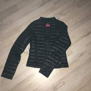 Jacka i fint skick säljs pga för liten, köptes för ca700kr