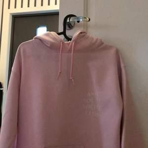 Rosa anti social club hoodie.      Använd 2 gånger hemma                            Skick:10/10                                              Nypris: 2100sek                                   Bud från 1000sek