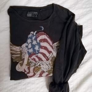 Sweatshirt med tryck i storlek M. Välanvänd men inga skador. Ska se lite sliten ut. Köpt för flera år sedan på carlings.