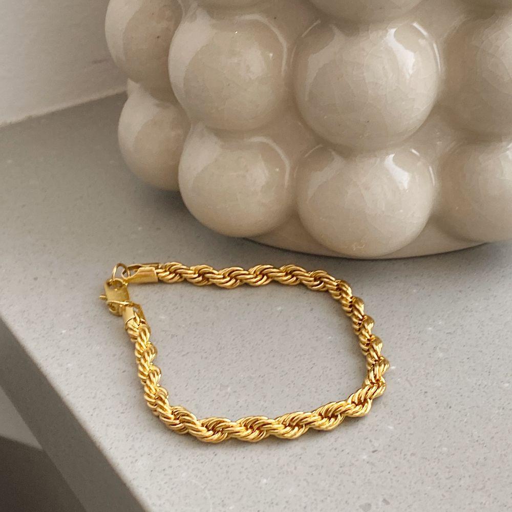 Armband i guldimitation. Finns begränsat antal. Möter 18 cm, passar S-L. Frakten ingår ✨ Se gärna de andra annonserna, vid köp av fler smycken gäller paketpris 🤍🤩. Accessoarer.