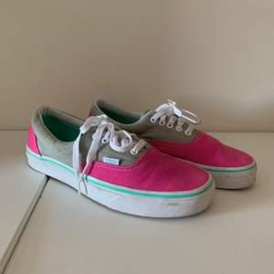 Säljer dessa fina Vans-skorna i storlek 41 (8,5 US size). Skorna är använda men är fortfarande i bra skick. 💞 köparen står för frakten men jag möter även upp i Lund💞