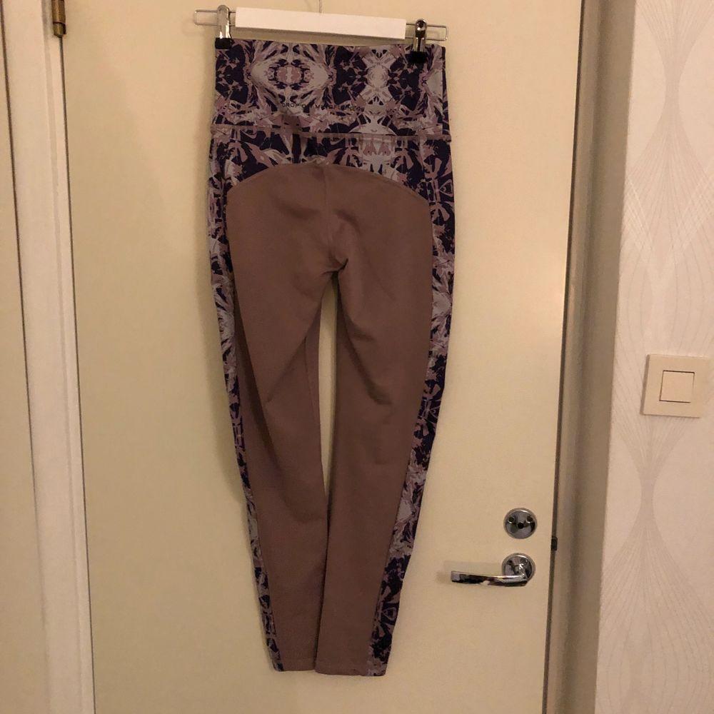 I fint skick och med hög midja! Köparen betalar frakten.. Jeans & Byxor.