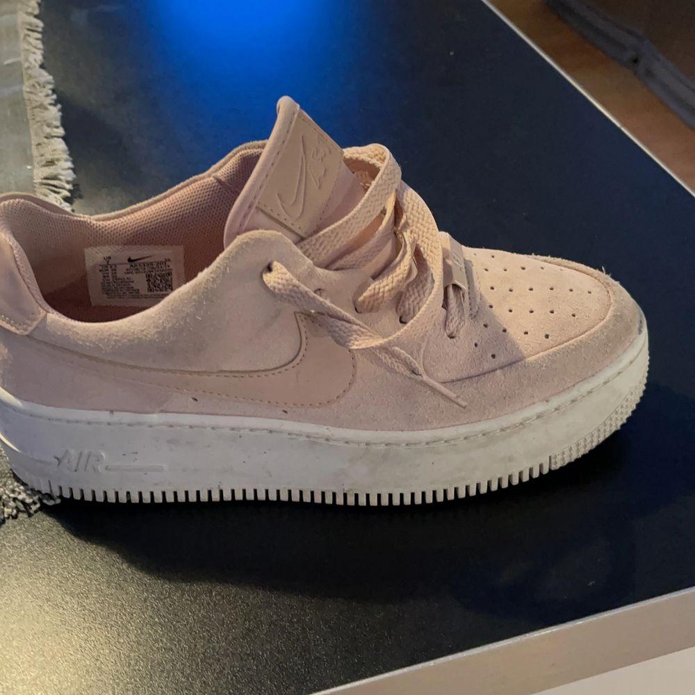 Supersköna Nike air force överlag. Säljer pga för små. Storlek 38 & beställda på zalando i somras för ca 1300kr. Skor.