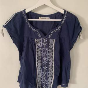 """Jättefin blå blus med lite vita detaljer. Lite """"bohemian"""" stil💘. Storlek S men passar även M då den är lite pösig. Söta tofsar på ärmarna💖. Köparen står för frakten😋"""