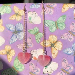 Kedjade örhängen med resingodishjärtan! 29kr💖.          💖Allt kan göras i guld/silver efter önskemål, även längd på kedjorna! Egna färgval är möjliggörbara (se bild 3) 💖Dubbelkedjade / enkedjade / inte kedjade! skriv i dm så löser jag säkerligen det😊💖