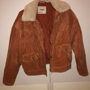 Knappt använd jacka från pull&bear. Strl S.