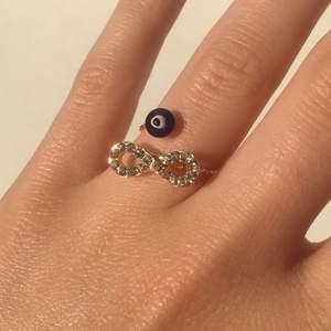 En superfin guldfärgad ring med rhinestones och onda ögat. Helt ny och alldrig använd! Pris: 35kr plus 12kr frakt. Skriv om du undrar något 🥰