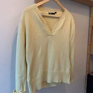 En fin gul tröja från Ellos, använd några få gånger, säljer pga att jag rensar min garderob. Ordinarie pris: vet inte Storlek: m Hör av er vid intresse eller för mer bilder♡  Pris är exklusive frakt. Frakt kostar 44kr