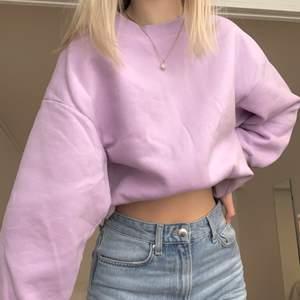 Säljer denna jättemysiga lila sweatshirten från Gina då den inte är min stil längre💜 använd ca två gånger så nästan i nyskick! passar bra på mig som vanligtvis är S. orginalpris: 249kr men säljer för 100kr+66kr frakt🌟