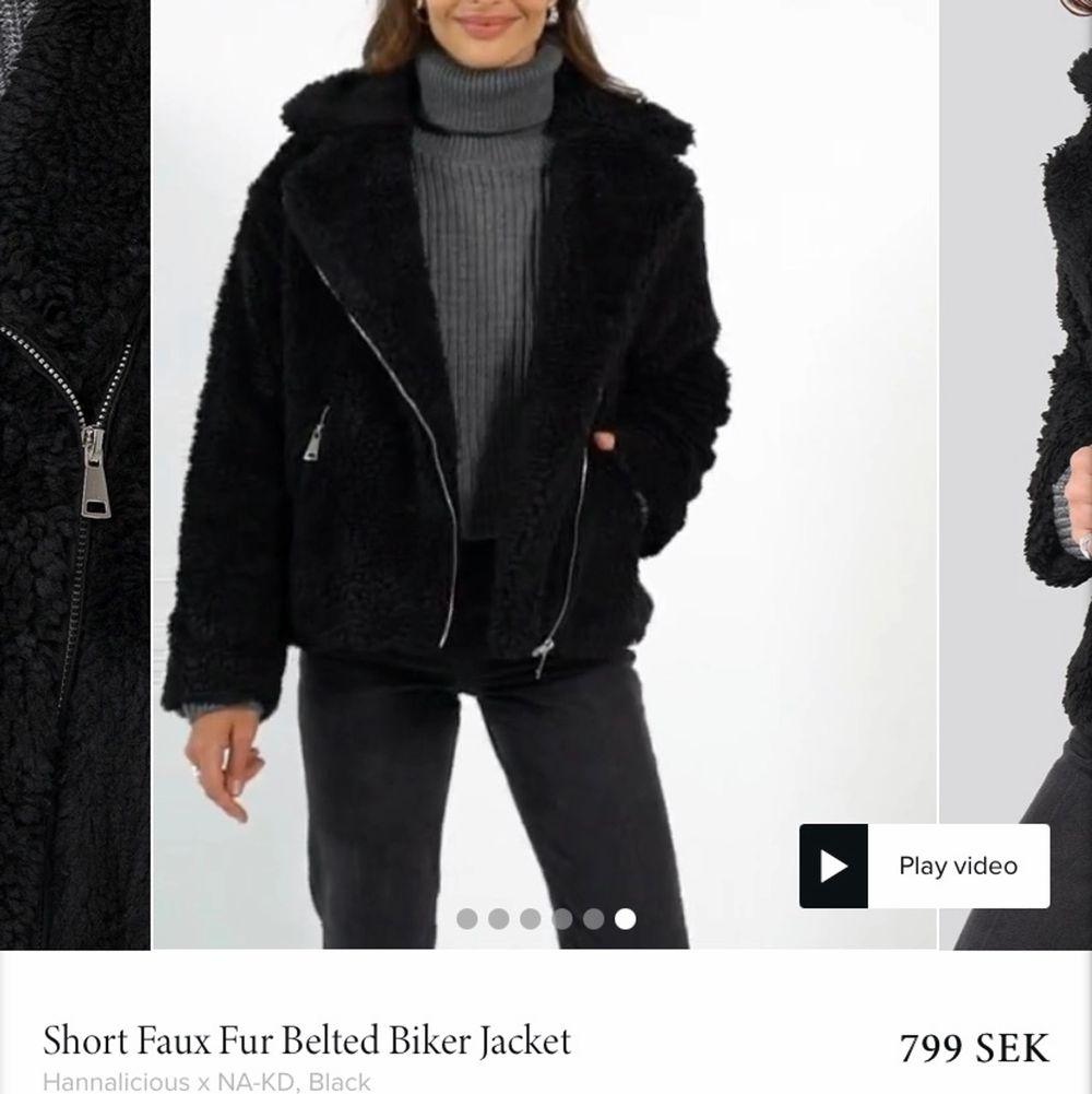 Säljer min hannaliciousXnakd jacka, den är i modell av en bikerjacka fast i teddymaterial. Såå mysig och fin med två dragkedjefickor fram🤎välanvänd med i ett väldigt bra skick! Skriv för intresse utav fler bilder så löser jag det☺️strl 34 men passar även 36&38 (möjligtvis 40). Jackor.