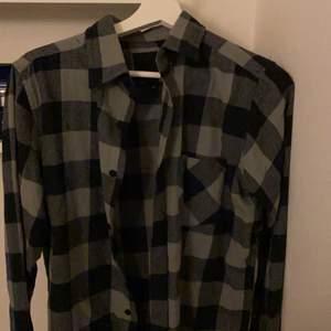 Grå-rutig flanellskjorta från lager 157. Säljer den för att jag inte använder den alltså är den i väldigt bra skick. Använd Max 3 gånger. Strlk S. Köparen står för frakten!