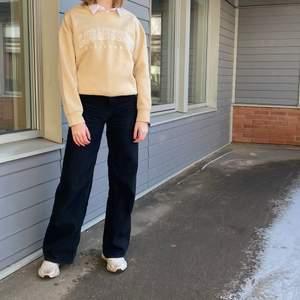 Säljer oanvänd trendig sweatshirt i beiget. Startpris på 200kr, buda i kommentarerna!